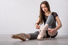 Балерина связывая ботинки Стоковое Изображение