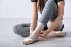 Балерина связывая ботинки Стоковые Изображения