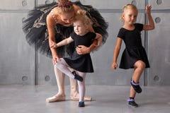 Балерина учит девушкам Стоковая Фотография