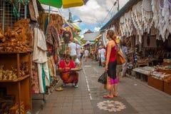 Балиец и европейская женщина на рынке Стоковая Фотография