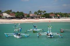 Балийская береговая линия с традиционными местными шлюпками стоковое фото