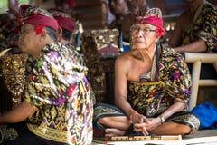 БАЛИ, ИНДОНЕЗИЯ, 24,2014 -ГО ДЕКАБРЬ: старший музыкант с его gr стоковые фото