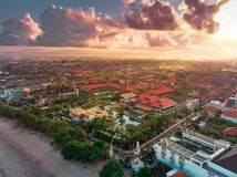 Бали, Индонезия - 12-ое апреля 2018: Вид с воздуха города Kuta, Бали Индонезии стоковые фото