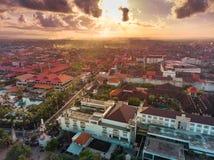 Бали, Индонезия - 12-ое апреля 2018: Вид с воздуха города Kuta, Бали Индонезии стоковые изображения rf