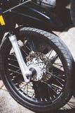 БАЛИ, ИНДОНЕЗИЯ - 11-ОЕ АПРЕЛЯ 2018: Крупный план автошины мопеда самоката Колесо мотоцилк стоковая фотография