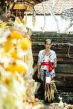 БАЛИ, ИНДОНЕЗИЯ - 13-ОЕ ДЕКАБРЯ: Балийская женщина в традиционном cos Стоковое Фото