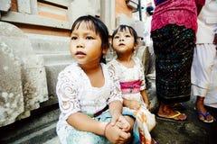 БАЛИ, ИНДОНЕЗИЯ - 13-ОЕ ДЕКАБРЯ: Балийские дети (девушки) в traditio Стоковые Изображения
