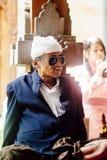 БАЛИ, ИНДОНЕЗИЯ - 13-ОЕ ДЕКАБРЯ: Старый балийский человек в традиционном c Стоковое Изображение