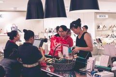 БАЛИ, ИНДОНЕЗИЯ - 7-ОЕ ИЮЛЯ 2017: Азиатские женщины на торговом центре Sogo, острове Бали, Индонезии Стоковые Изображения