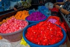 БАЛИ, ИНДОНЕЗИЯ - 8-ОЕ МАРТА 2017: Внешний рынок цветка Бали Цветки использованы ежедневно балийским Hindus как символический стоковая фотография rf