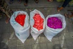 БАЛИ, ИНДОНЕЗИЯ - 8-ОЕ МАРТА 2017: Внешний рынок цветка Бали Цветки использованы ежедневно балийским Hindus как символический стоковое изображение rf
