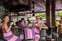 БАЛИ, ИНДОНЕЗИЯ - 5-ОЕ МАЯ 2017: 2 женщины выпивая coffe и ослабляя в баре и ресторане бассейна тюкованный стоковое фото