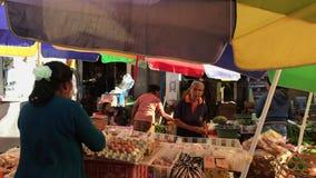 Бали, Индонезия - 21-ое февраля 2019: Балийский традиционный продовольственный рынок на утреннем времени Люди на рынке акции видеоматериалы