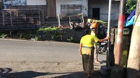 Бали, Индонезия - 21-ое февраля 2019: Балийский традиционный продовольственный рынок на утреннем времени Люди на рынке видеоматериал
