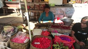Бали, Индонезия - 21-ое февраля 2019: Балийский традиционный продовольственный рынок на утреннем времени Люди на рынке сток-видео