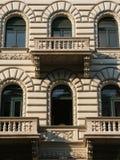 балконы закрывают вверх по окнам Стоковое Фото