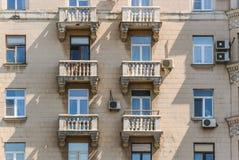 Балконы многоквартирного дома кирпича 10-этажа жилого Стоковое фото RF