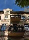 Балконы с картинами на старом доме стоковые изображения rf