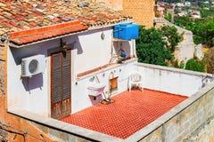 Балкон в типичном итальянском доме в городке Сицилии Monreale стоковая фотография