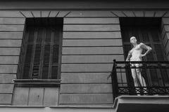 Балкон дома манекена покинутый куклой стоковая фотография