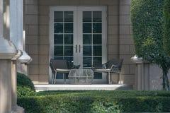 Балкон отдыха с таблицей и стулья с солнцем освещают стоковые фото