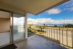 Балкон с взглядом двери и воды. Стоковое Изображение RF