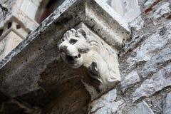 Балкон с львом на доме Стоковые Фотографии RF