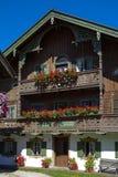Балкон цветет на доме в Kochel, Баварии Стоковые Изображения