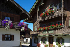 Балкон цветет на доме в Kochel, Баварии Стоковая Фотография