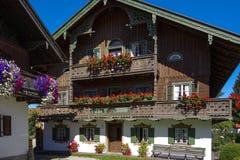 Балкон цветет на доме в Kochel, Баварии Стоковые Фото