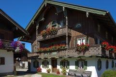 Балкон цветет на доме в Kochel, Баварии Стоковое фото RF