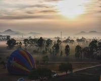 Баллон горячего воздуха на восходе солнца стоковые изображения rf
