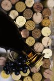бальзамический уксус в стеклянном кувшине со свежими виноградинами и пробочками вина, противостарителями стоковое изображение rf