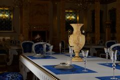 Бальный зал и ресторан в классическом стиле 3d представляют стоковое фото rf