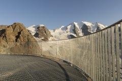 Балюстрада в горных вершинах с ледником покрыла горы Стоковое Изображение RF