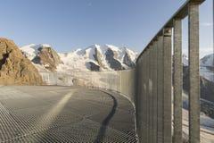 Балюстрада в горных вершинах с ледником покрыла горы Стоковая Фотография