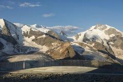 Балюстрада в горных вершинах с ледником покрыла горы Стоковые Изображения