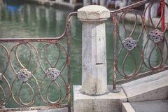 Балюстрада на береге озера Стоковое Фото