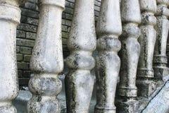 Балясины сделали камня на старой исторической лестнице Руины винтажных балясин Серый цвет, выдержанные каменные балясины _ стоковые фотографии rf