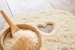 Бамбуковая корзина и деревянный космос предпосылки ложки и риса в Стоковое Изображение