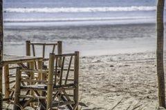 Бамбуковая таблица и стул морем для места для того чтобы увидеть взгляд стоковая фотография