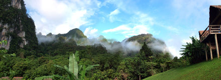Бамбуковая хата и горы Стоковое Изображение RF