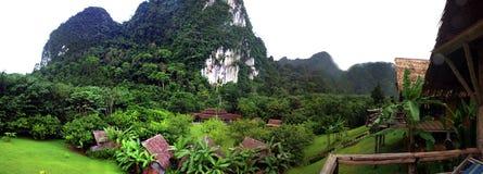 Бамбуковая хата и горы Стоковая Фотография