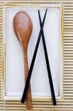 Бамбуковая циновка места, плита, и ложка готовый f палочки и деревянных Стоковые Изображения RF