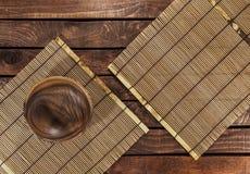 Бамбуковая циновка на деревянном столе Взгляд сверху стоковое изображение