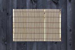 Бамбуковая циновка на деревянном столе, взгляд сверху стоковая фотография rf