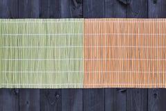 Бамбуковая циновка на деревянном столе, взгляд сверху стоковое фото rf