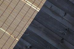 Бамбуковая циновка на деревянном столе, взгляд сверху стоковые изображения rf