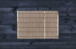 Бамбуковая циновка на деревянном столе, взгляд сверху стоковое изображение rf