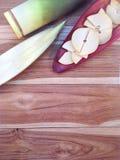 Бамбуковые всходы и куски бамбуковых всходов на цветении банана на древесине Стоковые Изображения RF